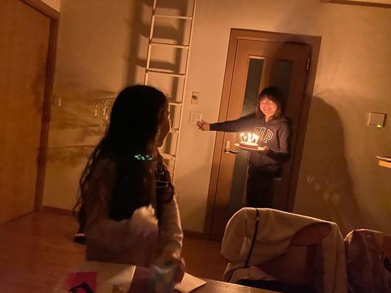 ライトアップされたバースデーケーキ