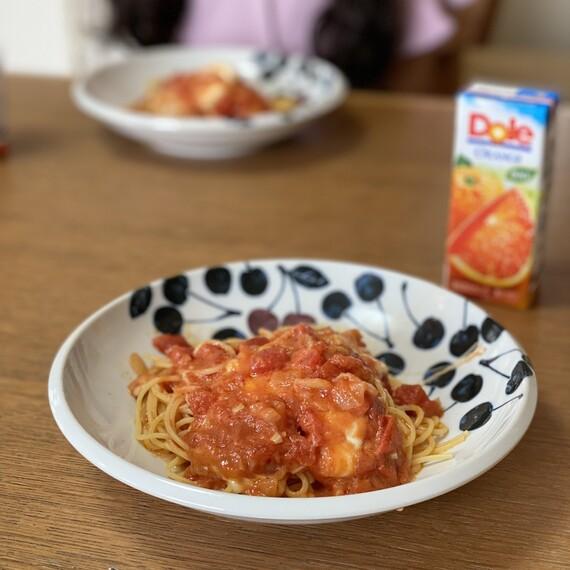 娘の手作りトマトソースとモッツァレラチーズのパスタ